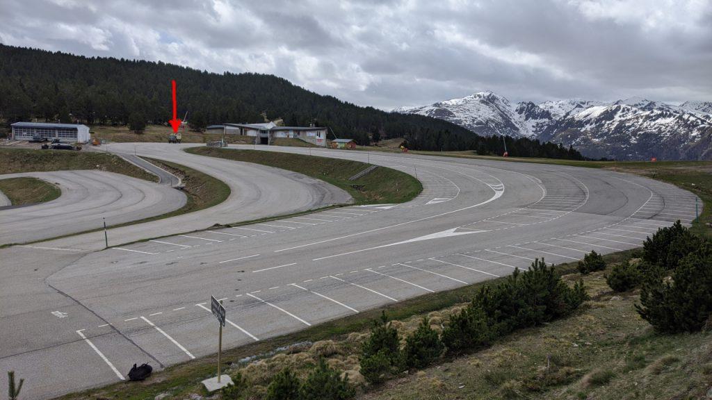 Das Plateau von Beille, als einziges Fahrzeug steht der DAF T244 Truck auf dem leeren und sehr großen Parkplatz.