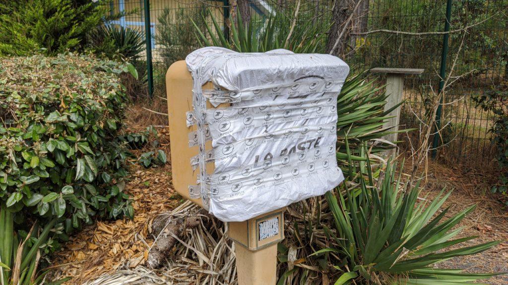 Ein wegen Corona mit silbernen Klebeband zugeklebter Briefkasten der französischen Post.
