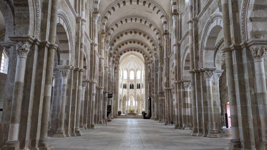 Ein Blick in die leere Kathedrale von Vézelay
