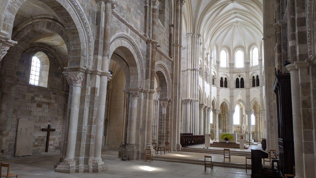 Die leere Kathedrale von Vézelay, alle Stühle bis auf drei sind weggeräumt