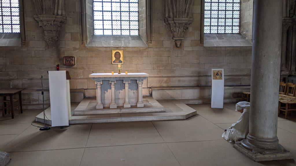 Eine sehr alte Nonne ist in der Kathedrale von Vézelay vor dem Altar eingenickt