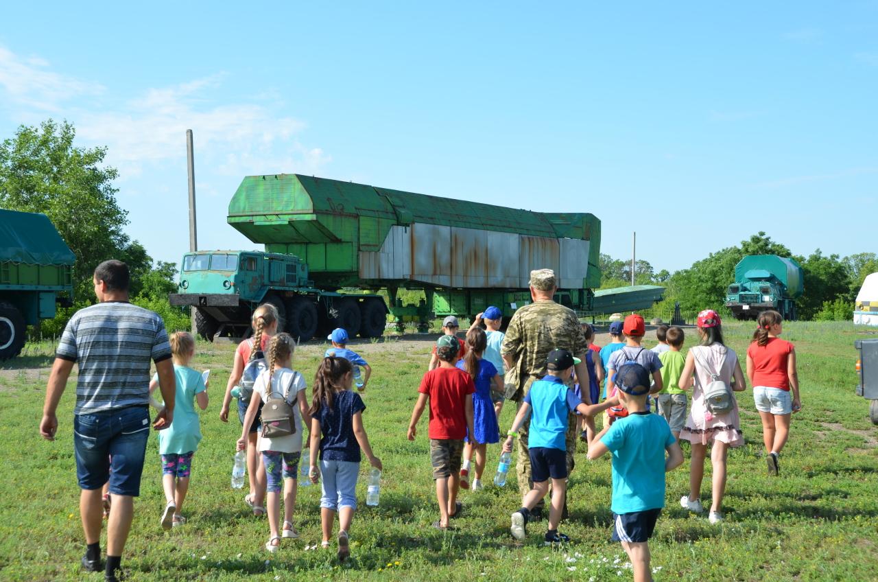 Ein Trupp Schulkinder unterwegs im Raketenmuseum