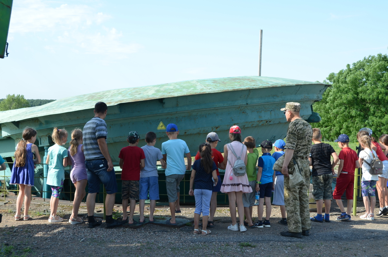 Ein Trupp Schulkids von der Raketensilo vom Raketenmuseum