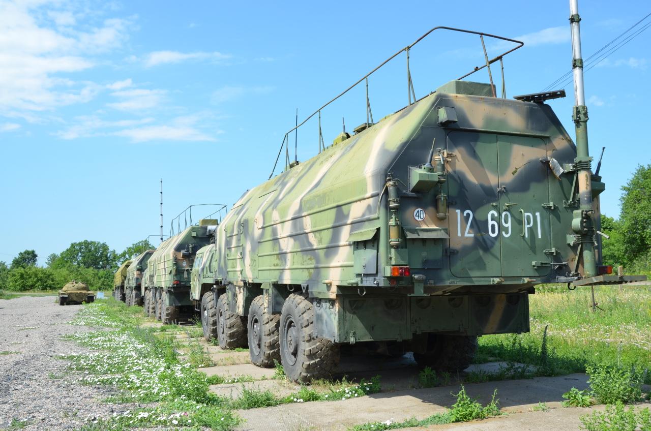 In Reihe geparkte Truppentransporter im Raketenmuseum