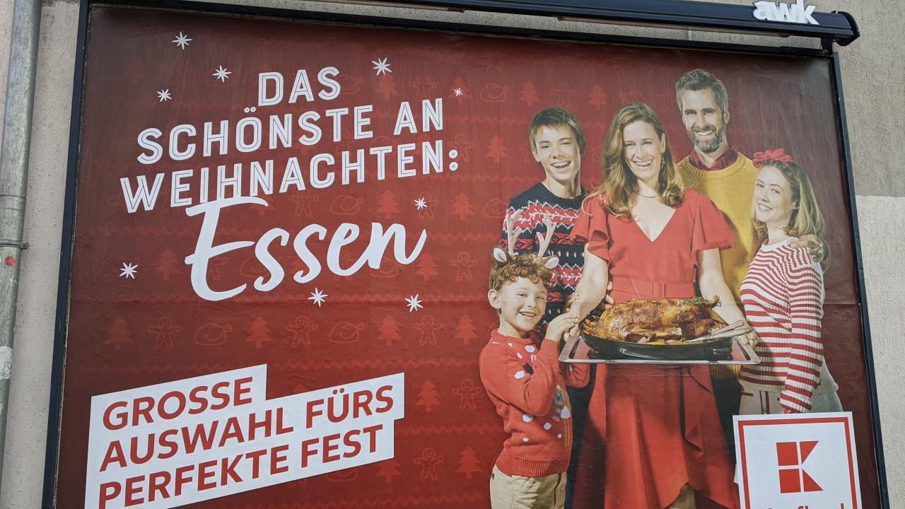 Kaufland Werbung zur Weihnachtszeit mit Vorzeigefamilie und Gänsebraten