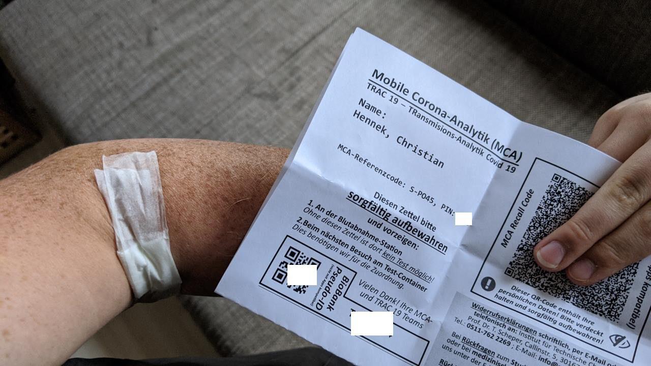 Ein verbundener Arm und eine Bescheinigung über einen Corona Test