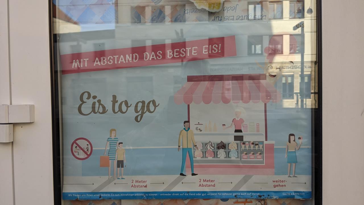 Ein Schild in einem Eisladen, was als Wortspiel gleichzeitig darauf hinweist mit Abstand das beste Eis zu verkaufen und den Kunden vorschlägt zueinander Abstand zu halten