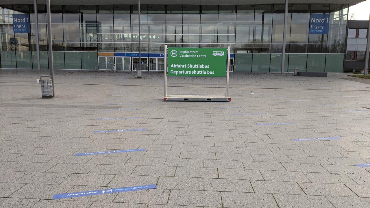 Das komplett verlassene Impfzentrum in Hannover Laazen. Das Bild zeigt eine leere Fläche mit einem Hinweisschild