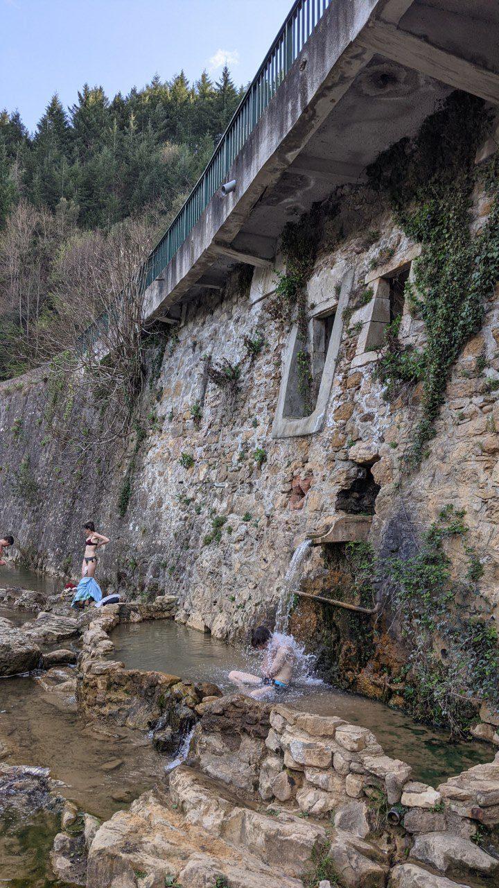 Heiße Quelle Rennes-les-Bains, Bains Doux, ein Mann badet in der römischen Quelle
