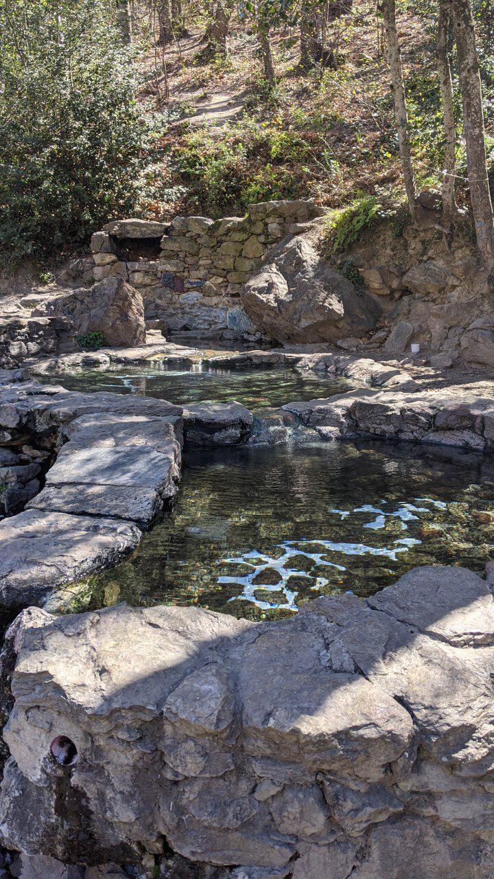 Heiße Quelle im Wald von Thues-les-Bains, mehrere gemauerte Becken mit 40 Grad heißem Wasser