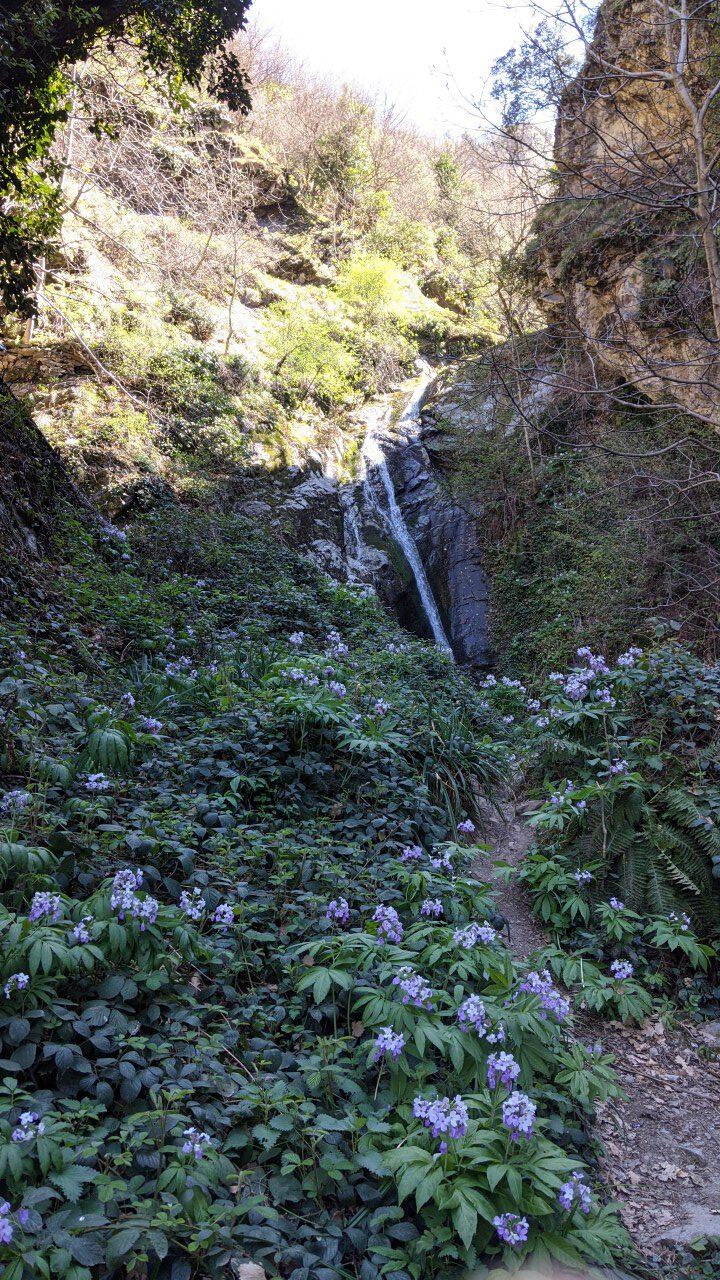 Ein Wasserfall in Thues-les-Bains in der Nähe von heißen Quellen