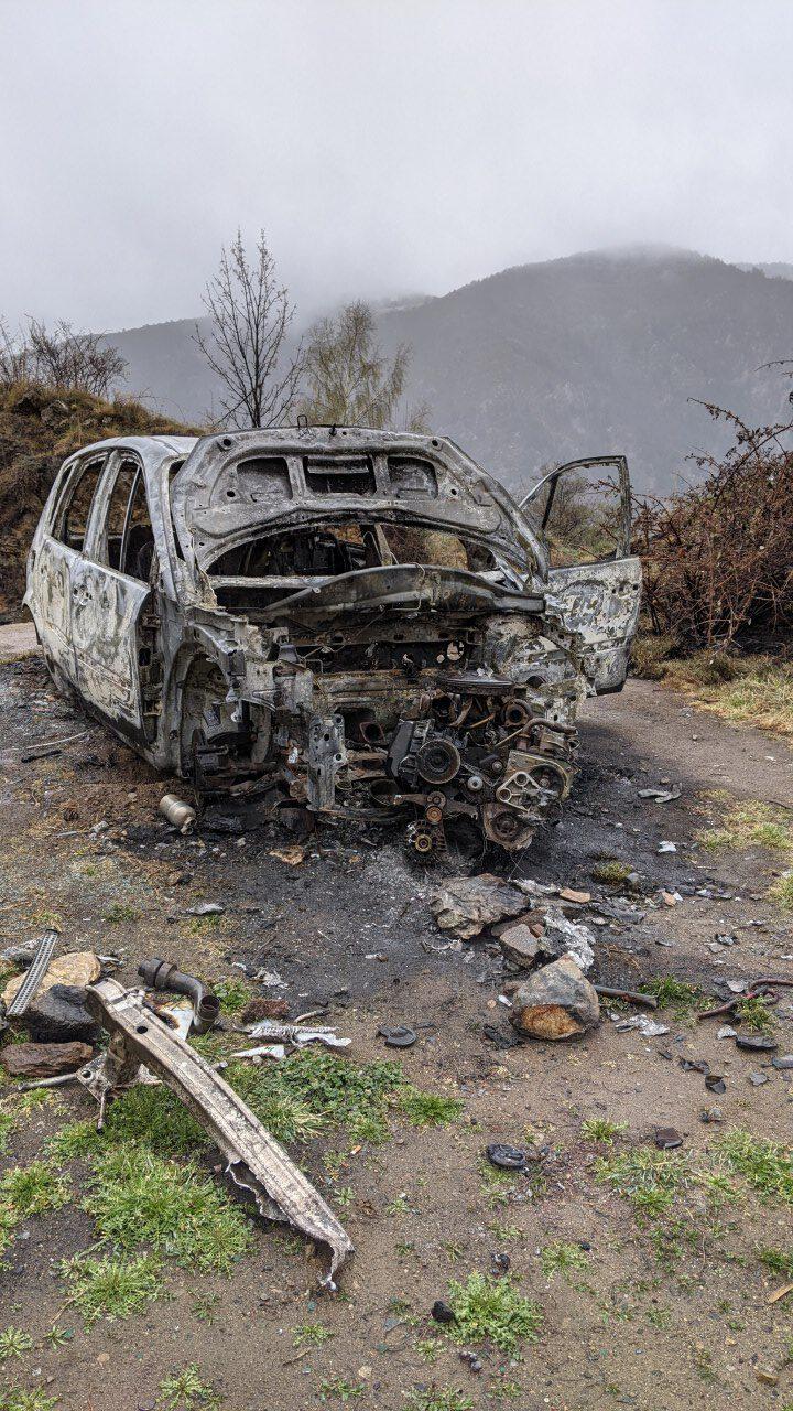 Ausgebranntes Auto Wrack in der Nähe der Quelle von Fontpedrouse an der Strasse D28