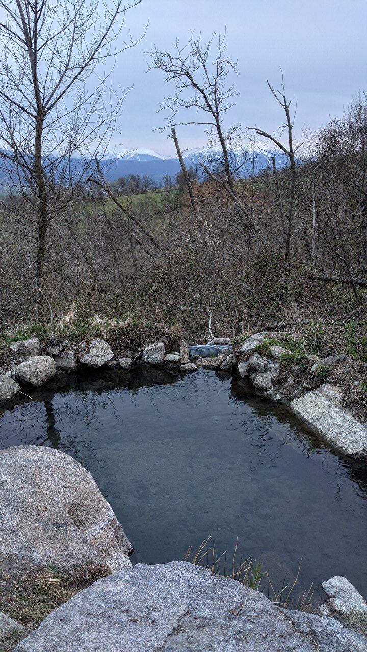 Die untere heiße Quelle von Dorres mit 35 Grad und Blick auf schneebedeckte Pyrenäen