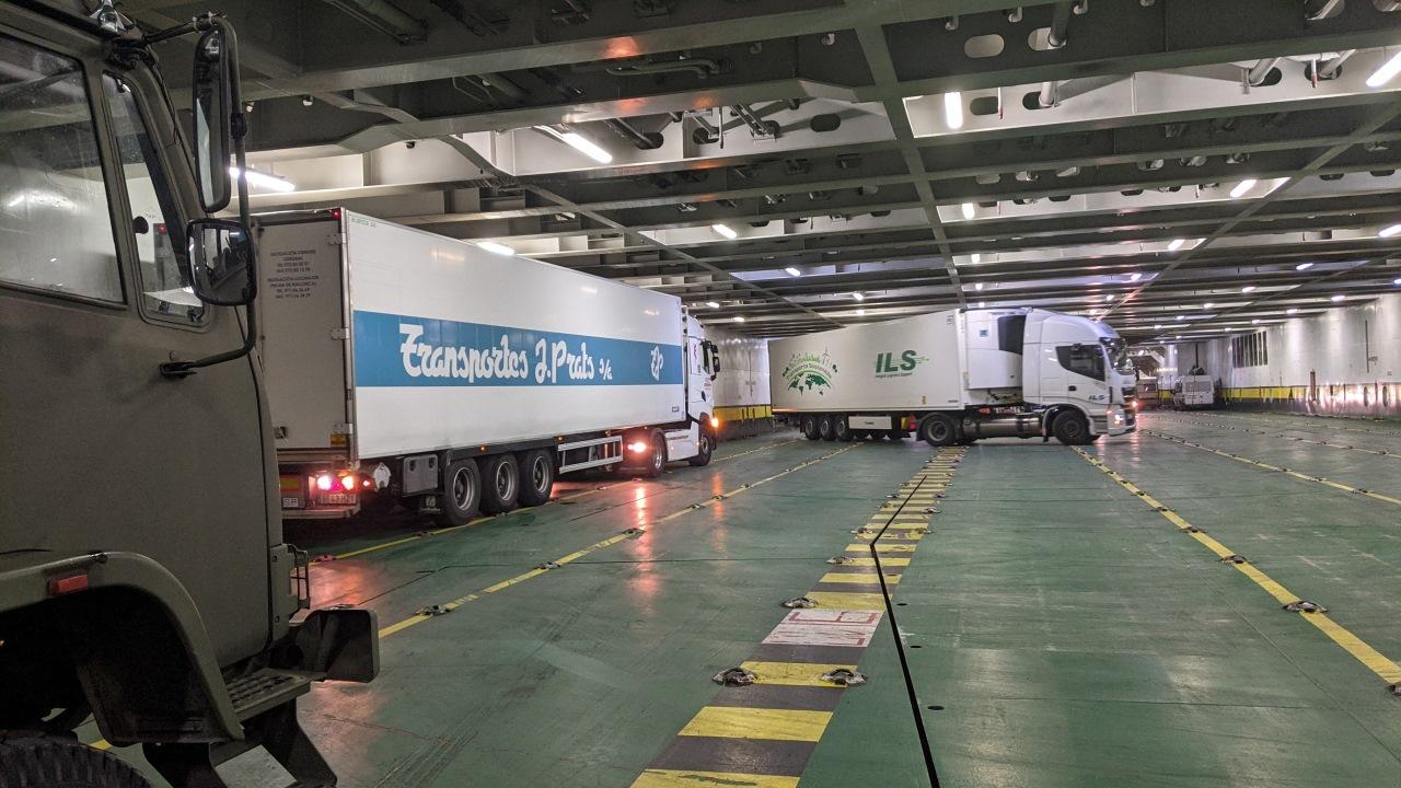 Wendemanöver von zwei LKWs im Innenraum einer Fähre