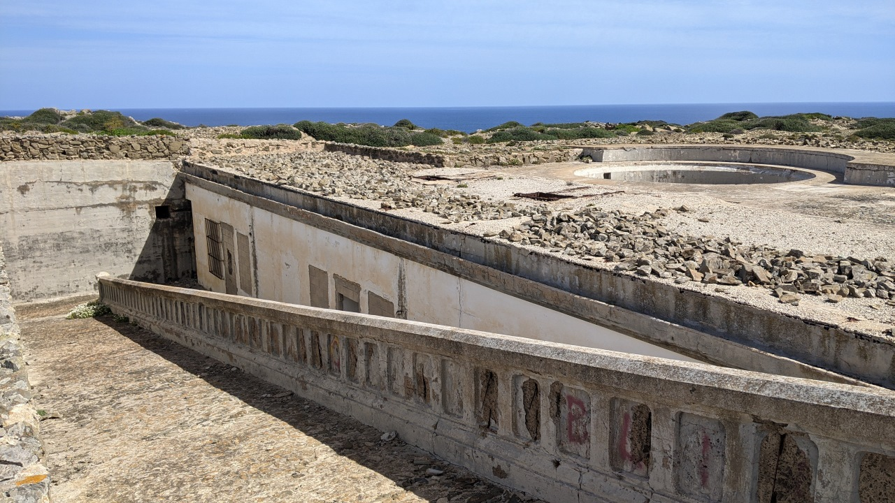 Eine aufgegebene Küstenbatterie in Favaritx im Norden Menorcas