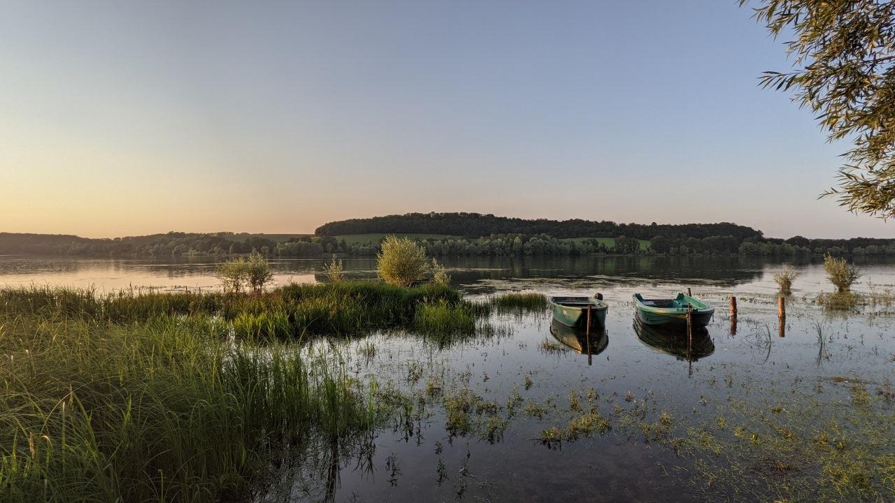 der Lac de la Liez bei Langres am Abend mit zwei kleinen Ruderbooten.