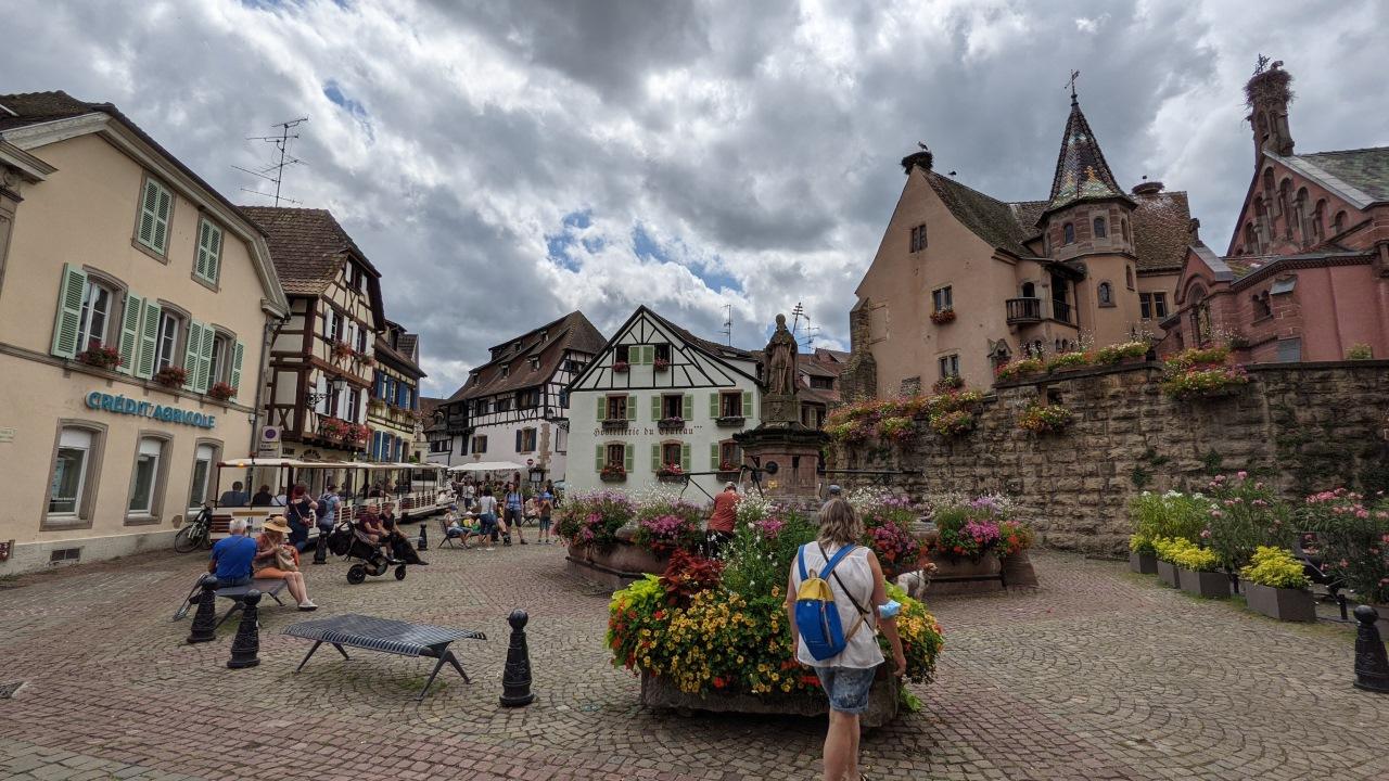 Dorfplatz mit Brunnen und Kirche in Eguisheim