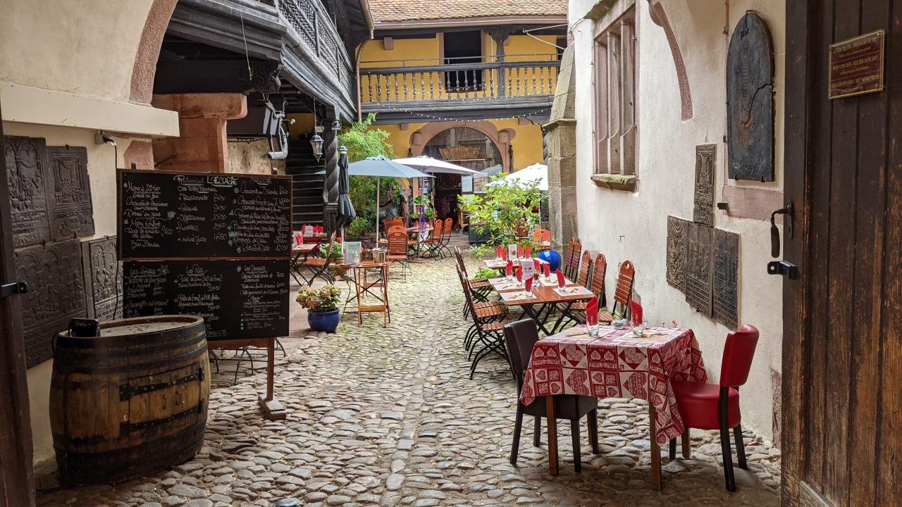 Ein gemütlicher Innenhof in Eguisheim der als Restaurant verwendet wird