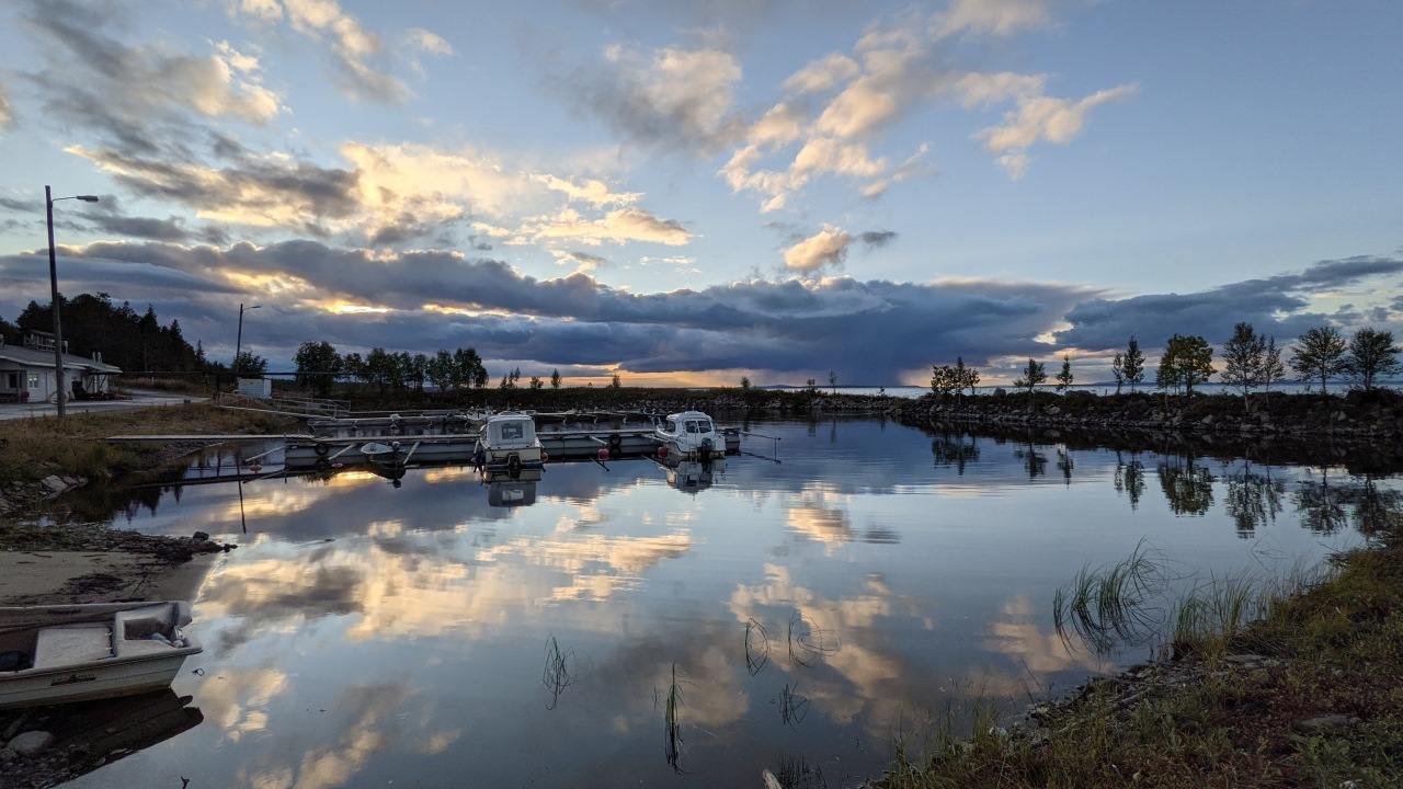 Hafen mit kleinen Freizeitbooten von Flokka in Finnland Wolken spiegeln sich im Hafenbecken
