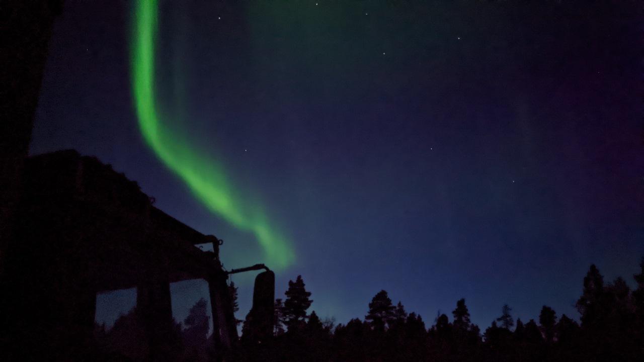 grünes Nordlicht am Nachthimmel