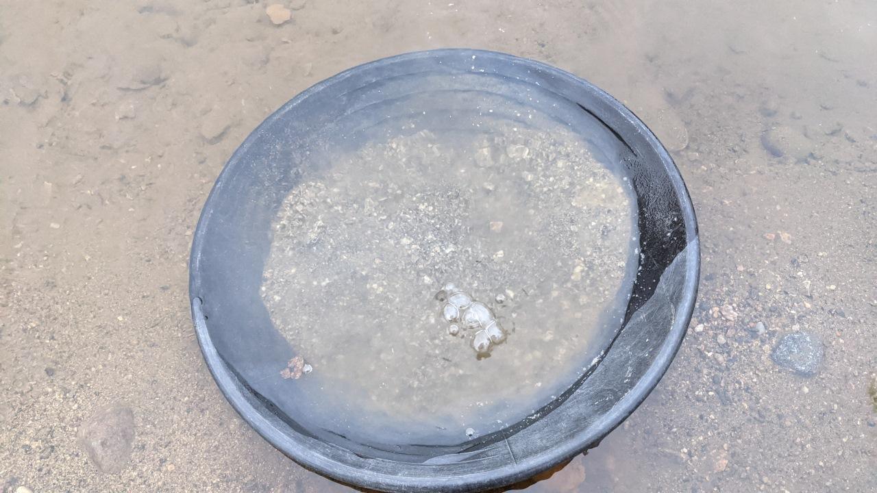 Goldwaschpfanne wird gewässert