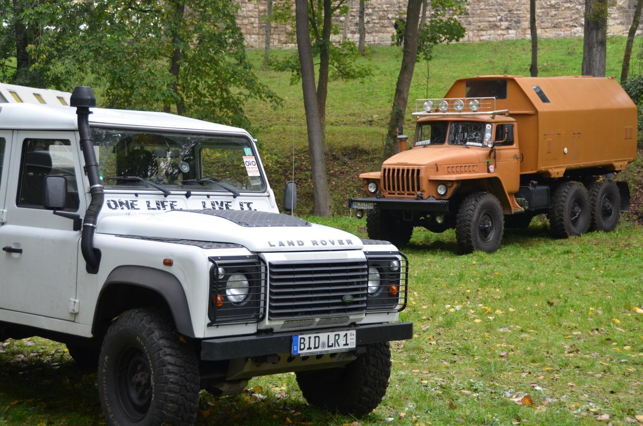 Landrover Defender und Ural dreiachsiger Gelände LKW