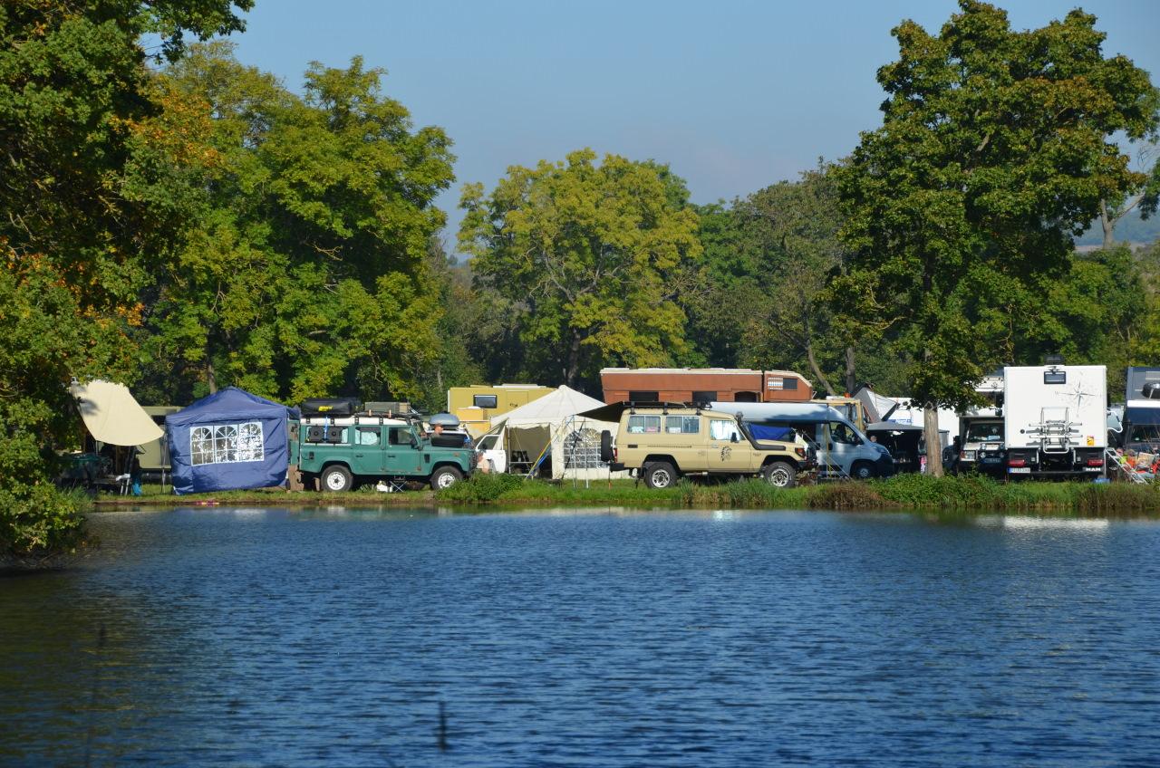 Camping Fahrzeuge auf der OTTO Touristik Messe vor einem blauen See