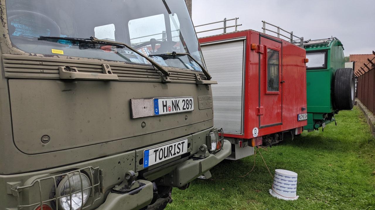 Front DAF t244 neben einem roten Feuerwehrfahrzeug und der Rückseite von einem grünen Mercedes 911