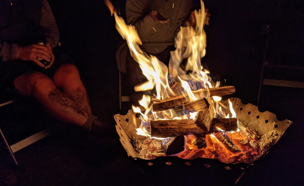Lagerfeuer mit brennenden Holzscheiten